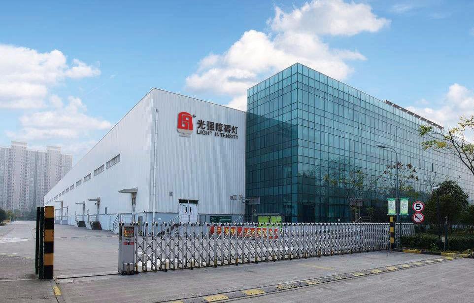 广州光强障碍灯航空设备有限公司生产基地拥有5000平米的生产厂房,位于广州市白云区公司总部。生产基地由研发部、生产部、质检部和仓储部等部门组成;其中研发部部分高级工程师和生产部门的高层管理人员拥有研发和生产航空障碍灯十五年以上的从业经验。 生产基地是严格按照ISO9001质量管理体系进行规范管理,在关键的生产环节实行定岗定员进行技术指导。基地生产的产品除了进行严格的自检外,同时还抽检部分产品到第三方具有权威的质检机构进行检测,并获得了3C认证证书。